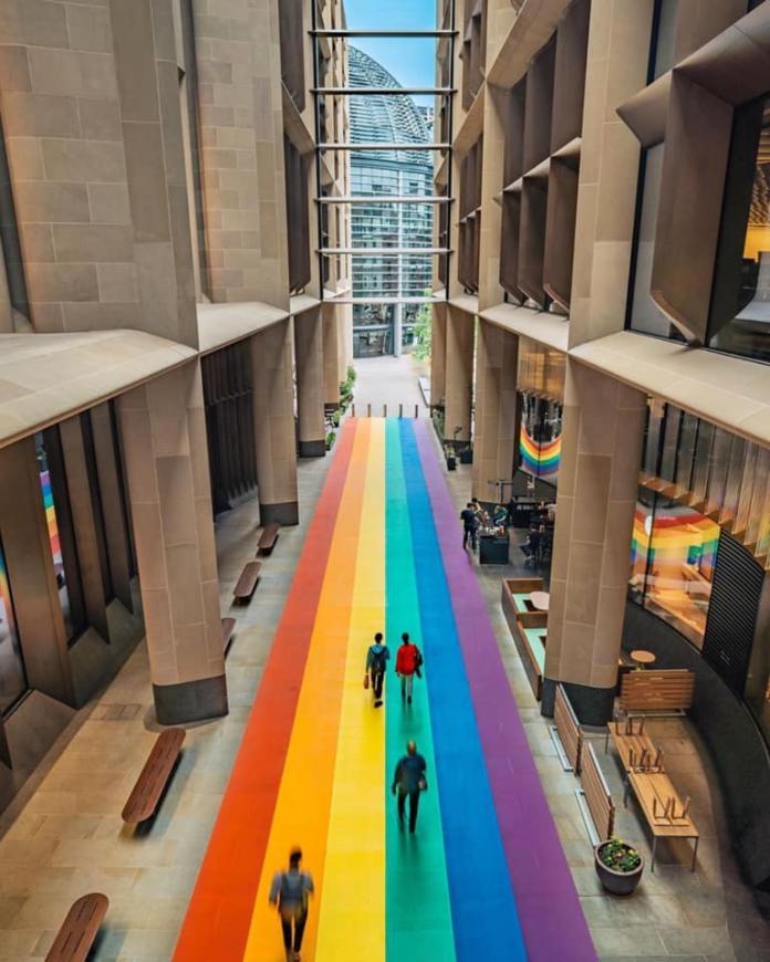 倫敦餐飲大樓bloomberg arcade大廳地板也被漆成彩色。(圖取自FB: Pride in London)