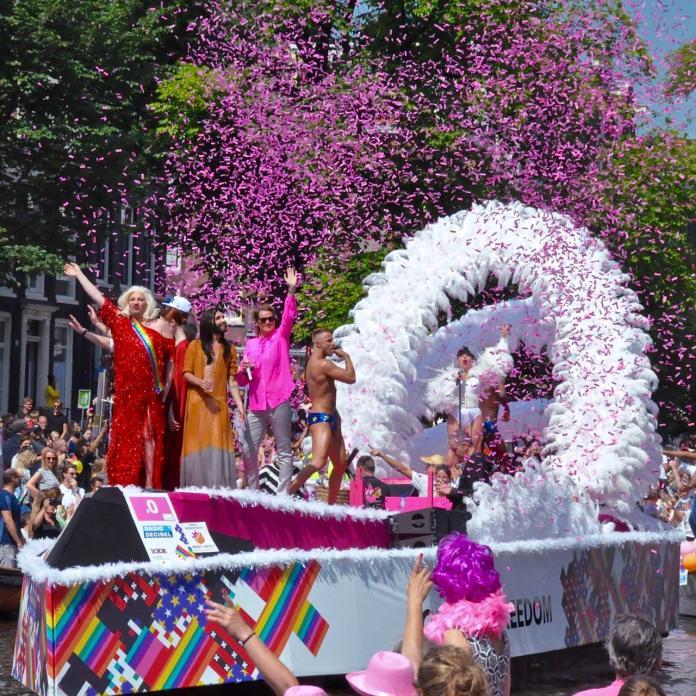 今年遊行開始於7月27日到8月4日,超過50萬人排列在河道兩旁,看著運河一艘艘LGBT派對船,人們載歌載舞,飲酒作樂,非常有趣。(圖取自臉書We Love Gay Pride Amsterdam Canal Parade)