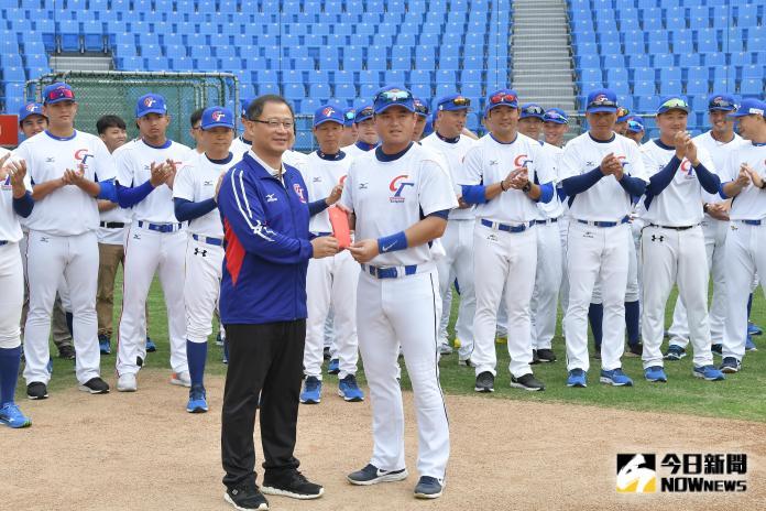 ▲世界棒球12強中華隊開訓典禮,中職會長吳志揚送上加菜