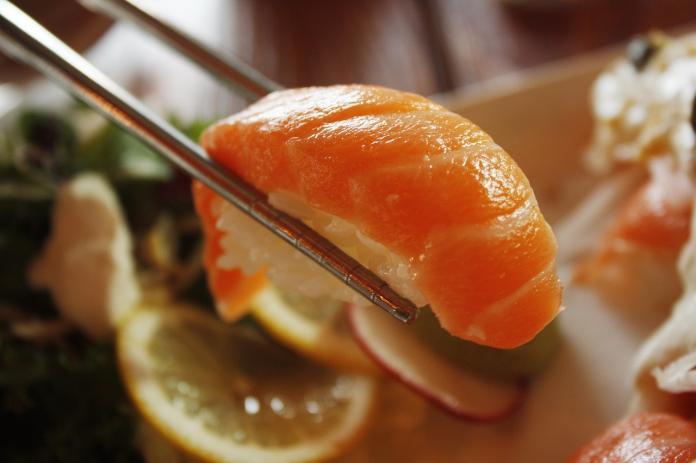 ▲網友分享自己去吃迴轉壽司時,聽到隔壁阿嬤表示「那個你不要吃,你就放回去」,讓他非常傻眼。(示意圖/翻攝自 Pixabay )