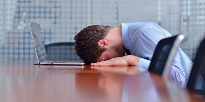 <br> ▲許多現代人為了一份微薄的薪水,扛下沈重的工作壓力,失去調劑自己身心的時間,最後甚至忙出病來,讓人後悔莫及。(示意圖/翻攝自 mensuno.asia)