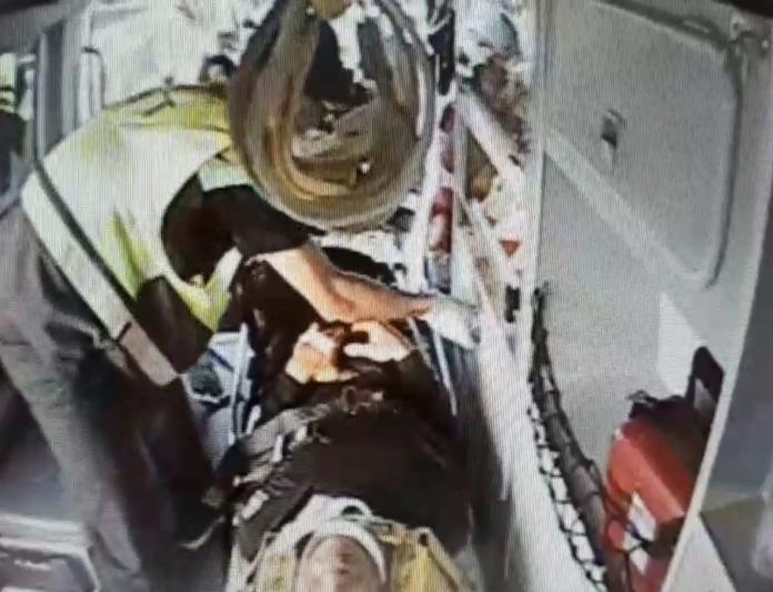 <br> ▲駕駛一度受困車內,經動用破壞器材搶救,約半小時送醫。(圖/記者陳雅芳翻攝,2019.10.25)