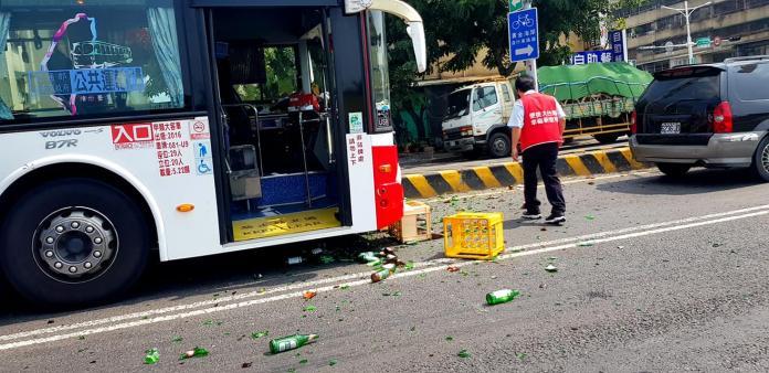粗心司機未將載運的空酒瓶綑綁,車輛過彎時酒瓶掉落地面