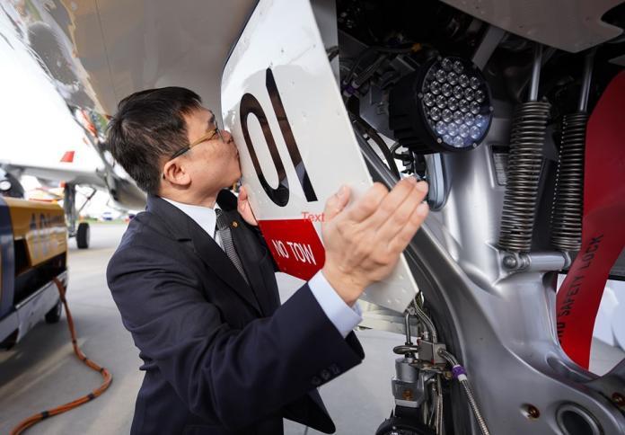 星宇首架A321neo德國交機 董事長張國煒親駕回台