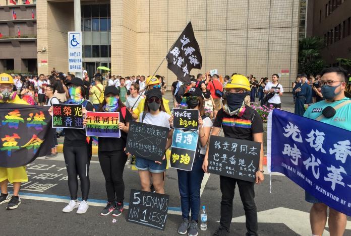 <br> ▲第17屆台灣同志遊行今(26)日在凱道落幕,20萬名的參與民眾也盛裝打扮,藉由不同的標語標達自己的訴求,創意十足。(圖/NOWnews攝影中心)