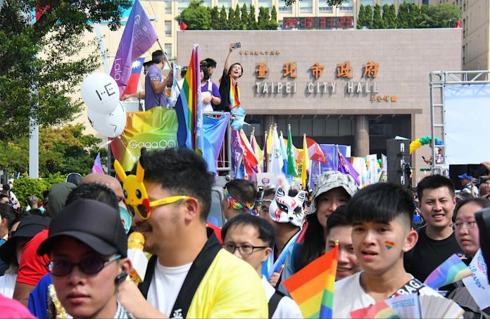 ▲第17屆台灣同志遊行今(26)日在凱道落幕,參與人數已經累計達20萬人,相較於去年的13萬人再度創下新高。(圖/NOWnews攝影中心)
