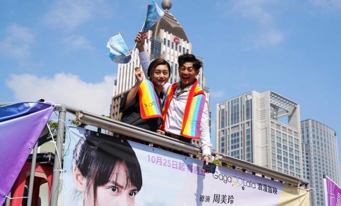 <br> ▲小蠻、岱毅兩人登上專屬花車遊行掃街。(圖/金禾創意、杰德影音提供)