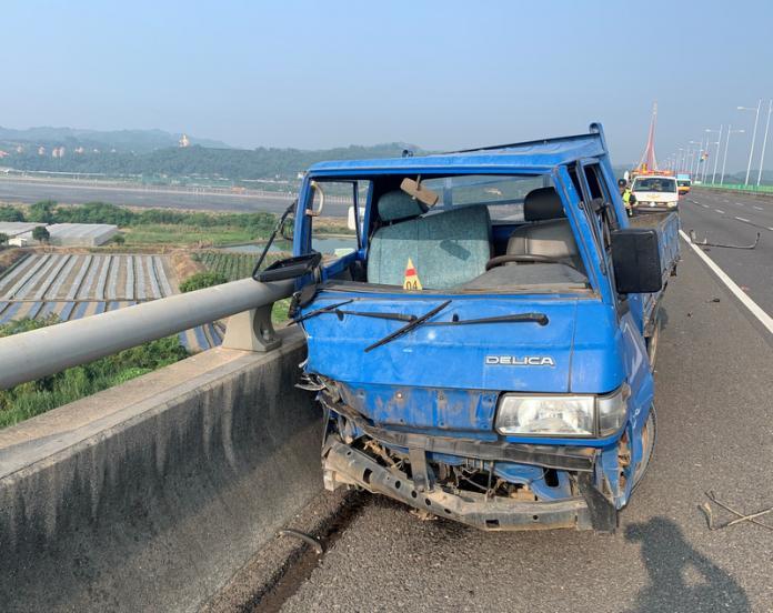 國道3號斜張橋段小貨車撞護欄 駕駛墜橋身亡