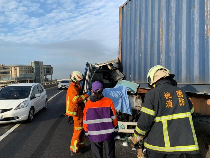 影/61線上撞貨櫃車 <b>小貨車</b>駕駛傷重不治