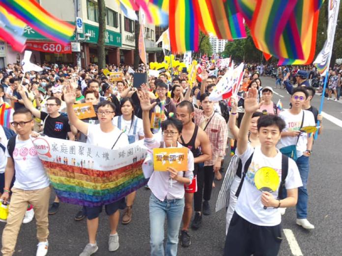 同婚法不讓登記  跨國伴侶現身同志遊行籲「愛無國界」