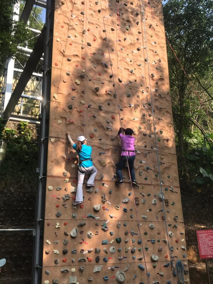 <br> ▲王惠美在教練和攀岩隊同學的確保下,挑戰戶外攀岩的樂趣。(圖/記者陳雅芳攝,2019.10.28)