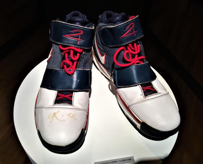 ▲「野獸」林志傑展示珍藏的「Kobe簽名球鞋」。(圖/鍾東穎攝 ,2019.10.28)