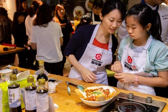 <br> ▲本次料理教室運用「龜甲萬本釀醬油」設計的三道美味親子料理-「起司牛肉丸」、「雞肉親子丼」以及深受大家喜愛的「培根雲朵蛋」,帶領爸媽及小朋友親手做料理。(圖/吳宗軒攝)