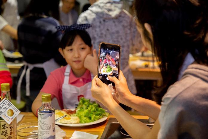 <br> ▲當孩子沉浸在料理的過程中,爸媽們沒閒著,紛紛拿著手機紀錄家中寶貝在活動中的點點滴滴。(圖/吳宗軒攝)