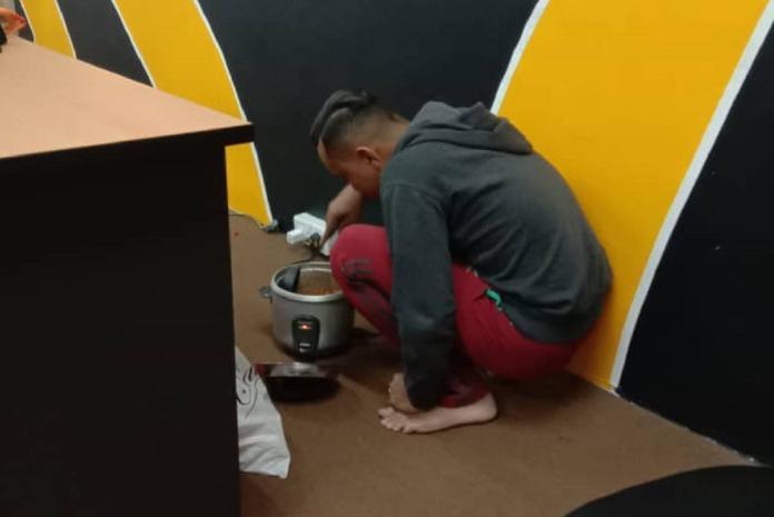 ▲馬來西亞發現一名員工下班躲在角落煮飯,一問之下深受感動。(圖/翻攝自 Azri Walter 臉書)