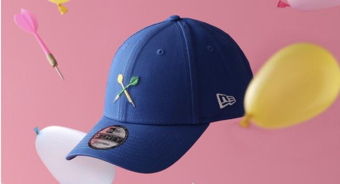 今年九月份知名潮帽品牌NewEra曾推出「台灣風情」限定版9FORTY帽款,除了印上珍奶、雞排等台灣夜市經典美食之外,還有夜市經典遊戲,射飛鏢、撈金魚、套圈圈。(圖取自New Era)