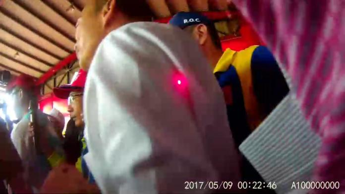 <br> ▲韓國瑜從廟裡走出時突然有不明的紅點多次射向他身上。(圖/記者陳雅芳翻攝,2019.10.29)