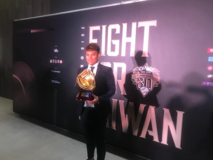 林祐樂首度榮獲捕手金手套獎。(圖/記者黃彥迪攝)