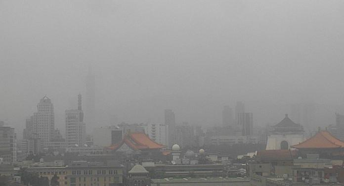 ▲受大陸沙塵暴影響,北部今(30)日空氣品質不佳。圖為環保署大樓今日10時監測影像。(圖/翻攝自空氣品質監測網)