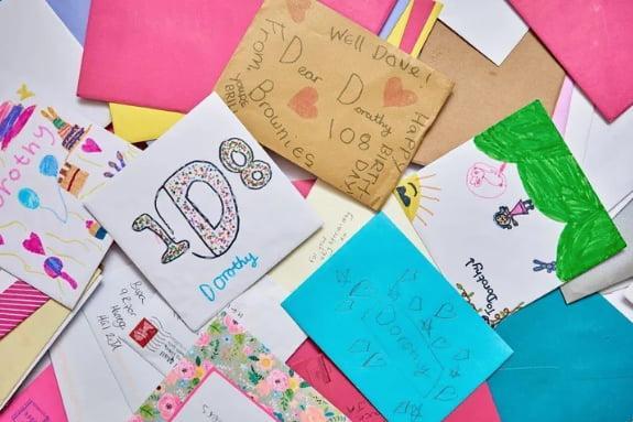 <br> ▲在今年 Dorothy 就收到了 654 張的生日卡片。(圖/翻攝自外媒)