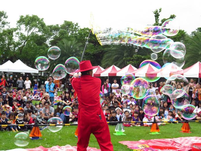 <br> ▲泡泡達人展現出混身解數,變化出各式各樣的泡泡,小朋友笑的相當開心。(圖/花蓮市公所提供)