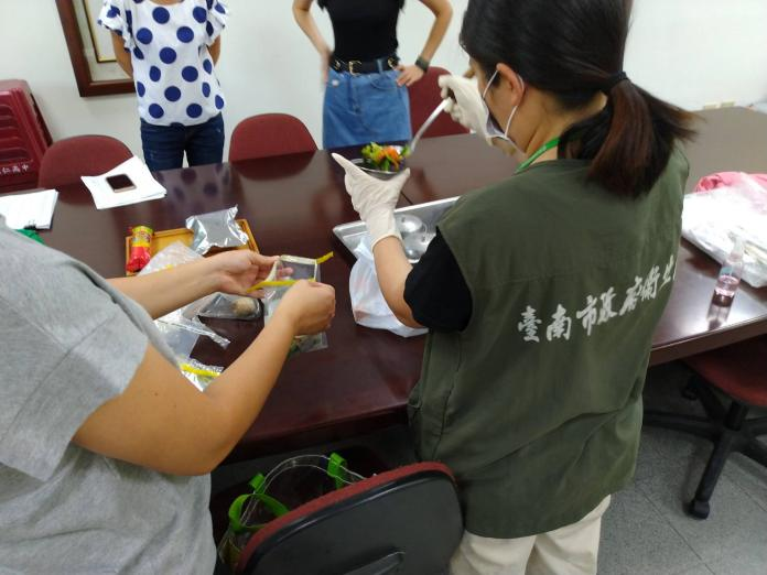 台南市衛生局進行食物採樣