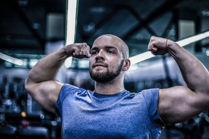 ▲近年來台灣健身風氣盛行,配合高蛋白飲食,男性都希望可以練出一身精壯肌肉,但具有雄性禿基因的男性可要當心掉髮問題惡化!(圖/shutterstock)