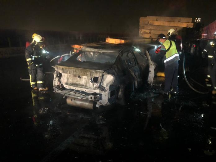 國3和美段轎車撞拖板車火燒車 輛車燒成廢鐵