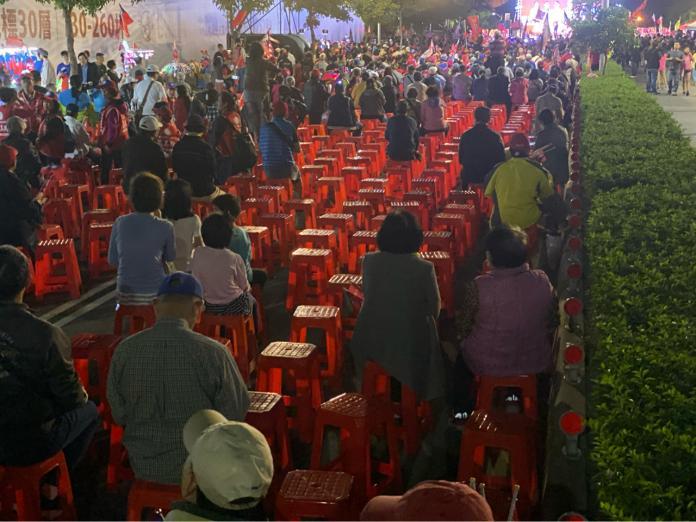 <br> ▲被 PTT 鄉民封為「椅子精算師」的網紅「四叉貓」來到韓國瑜 1 日晚間桃園造勢現場,發現到場參加的人數不及主辦單位宣稱的 3 萬人。(圖/翻攝自 PTT)