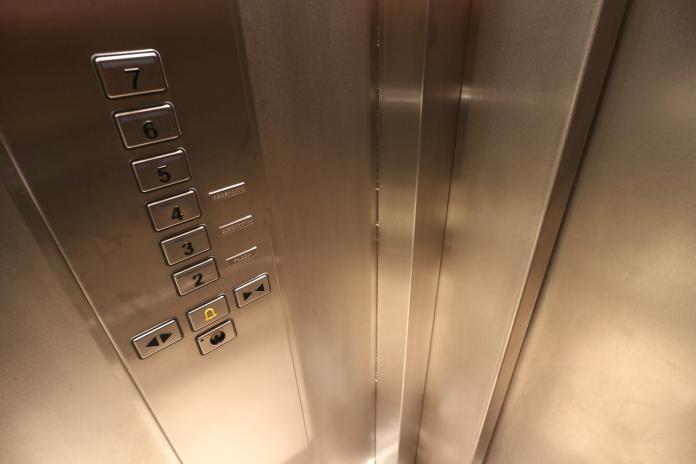 ▲有網友在PTT提問「住高樓層按電梯會有優越感嗎?」引來內行揭密「真實利弊」,同時更透露有錢人都住在「這層樓」。(示意圖/取自pixabay)
