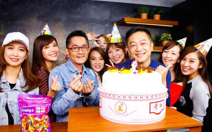 陳昭榮歡慶51歲生日 遭美女直播主親臉、磨鼻「全身濕」
