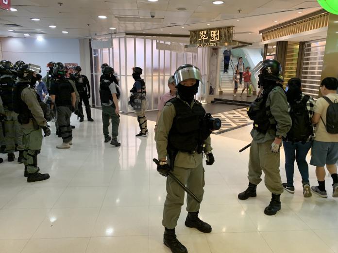 港人發起「反警暴」示威 購物商場急關門避難
