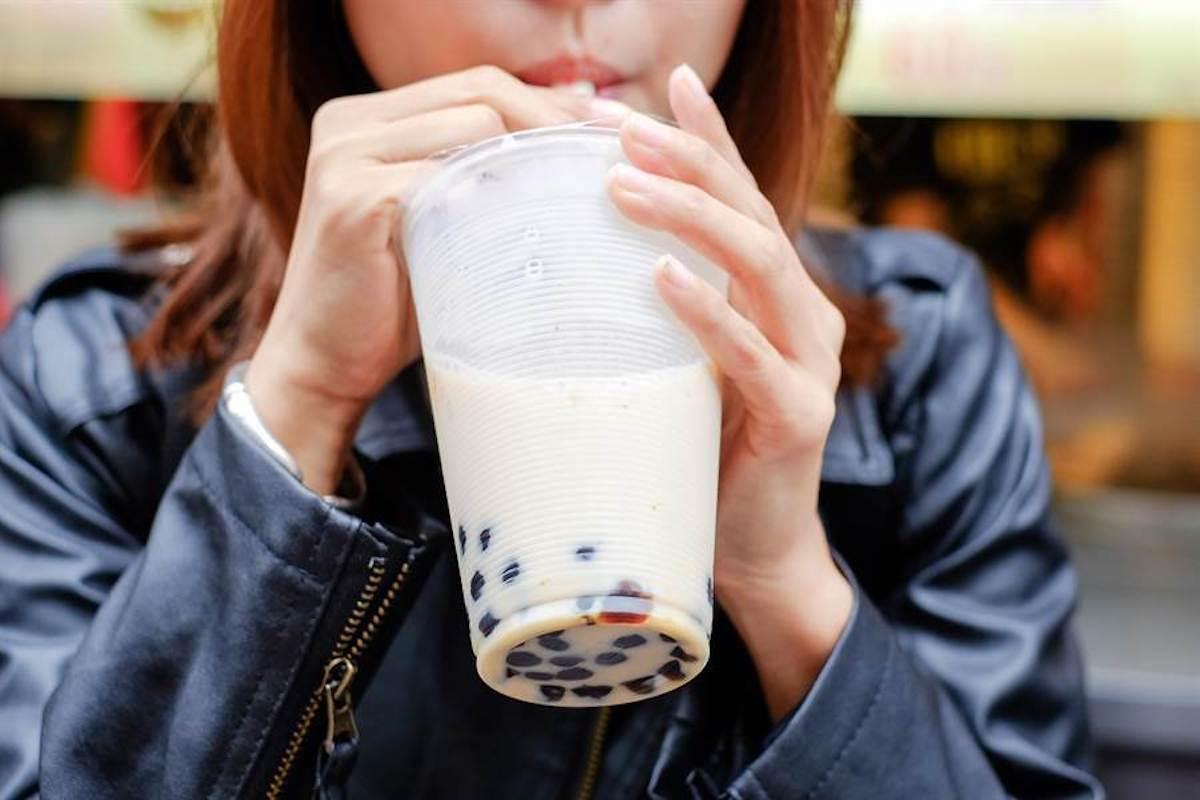 ▲台灣手搖飲林立,像是這種炎炎夏日的天氣,不少人每天都要來上一杯清涼又消暑。(示意圖/達志影像)
