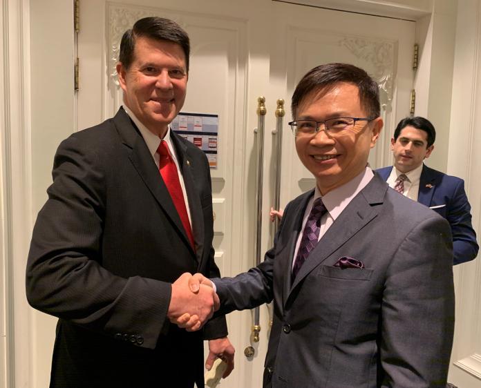 圖說2:外貿協會黃志芳董事長(右)與美國國務院主管經濟事務次卿克拉奇(左)會談雙方並交