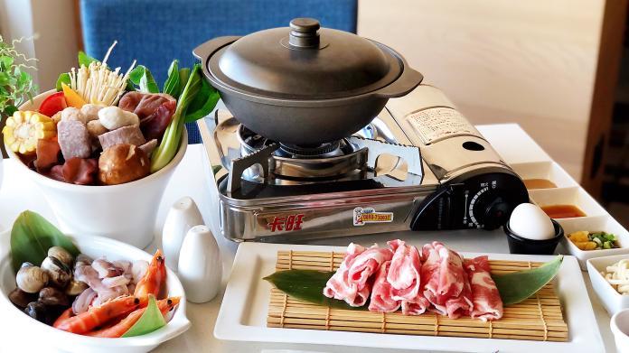 <br> ▲「海陸蔬果鍋」以豬骨、雞骨為基底,加上多款蔬果,熬煮成清爽甘甜的湯底。(圖/記者陳美嘉攝)