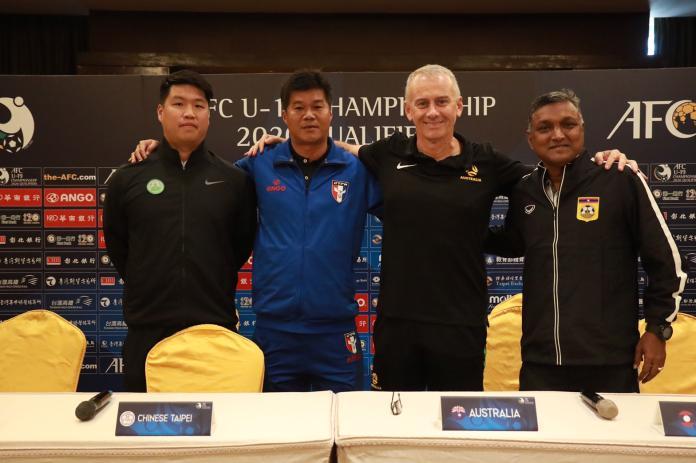 ▲賽前記者會,澳門總教練LIU KIN CHOU(左起)、中華隊總教練陳俊明、澳洲隊總教練Gary Van Egmond以及寮國總教練V SUNDRAM MOORTH。(圖/中華足協提供)
