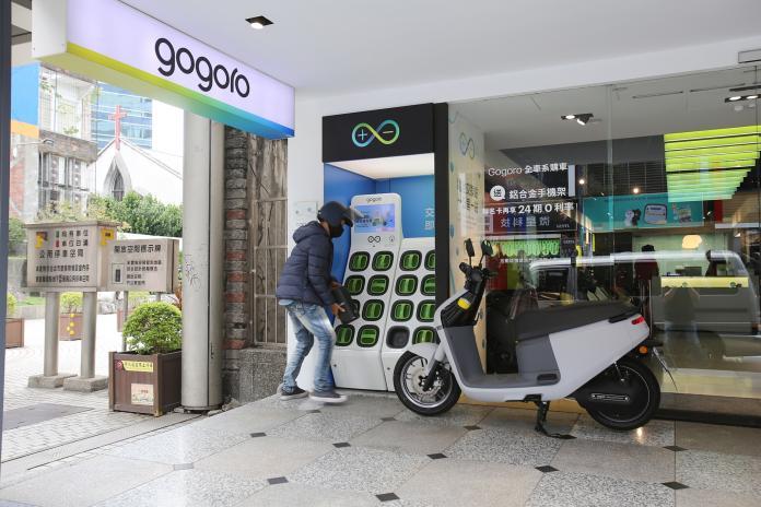 <br> ▲ Gogoro系列車款其政策補助更是吸引民眾的一大誘因,不少消費者紛紛在年底前衝一波,把握補助最後機會,划算購入新車。。(圖/NOWnews攝)