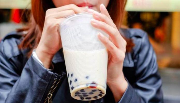 嫩妹買珍珠奶茶念「咒語」變半價!婆媽哭了:我唸不出來