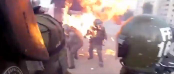 影/悚!<b>智利</b>暴動女警慘遭汽油彈砸頭 上半身一度浴火
