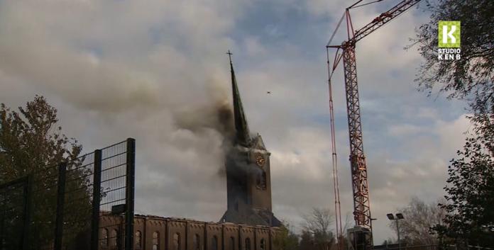 ▲荷蘭霍赫馬德( Hoogmade )一間百年教堂近日發生火警,連代表性尖塔也被燒斷(圖/截自 Youtube )