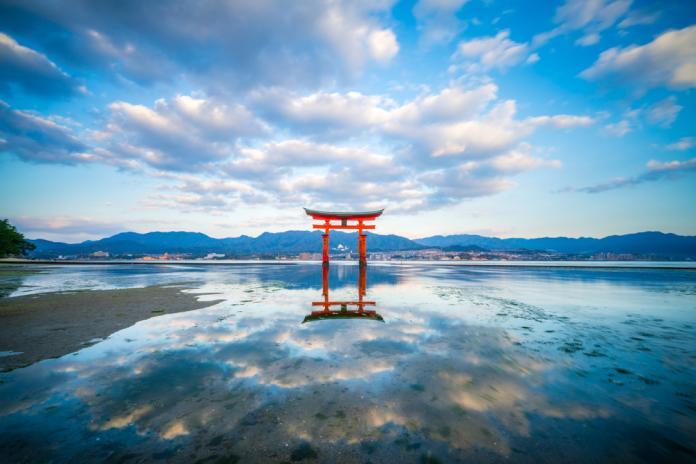 <br> 嚴島神社的海上鳥居(Shutterstock)