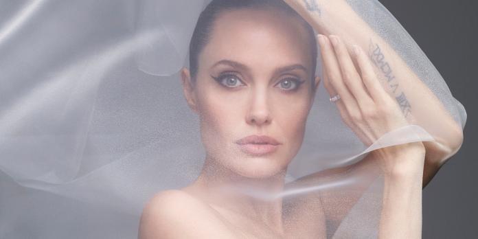絕美!裘莉「全裸」上封面 難得曝光「感情傷疤」