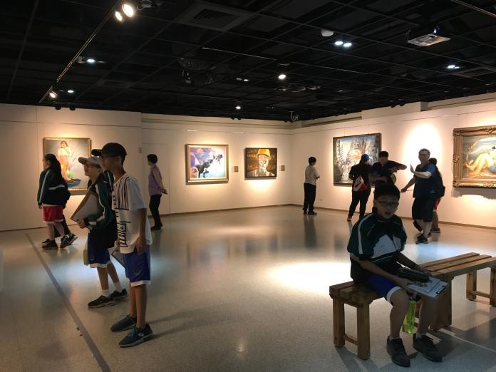 <br> ▲31位青年藝術家參展,讓優秀的校友可以透過作品在美學館的空間中產生新的對話與論述。(圖/記者陳雅芳攝,2019.11.06)