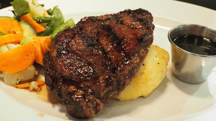 ▲《小乾倩倩的遊戲的美食》指出,部分超市的醃製牛排價格特別便宜,其實藏有背後原因。(圖/翻攝Pixabay)