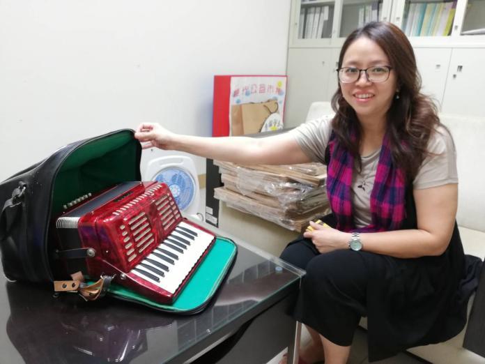<br> 當天還有古物、畫作、全新鍋具拍賣,圖為民眾捐贈將義賣的手風琴。(圖/記者邱嘉琪攝,2019.11.08)