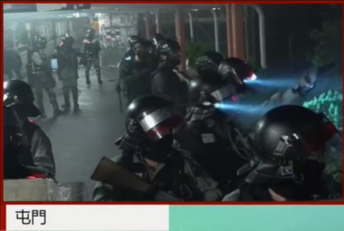 ▲香港防暴警察 8 日晚間在天橋上與示威者相互叫囂。(圖/截自香港有線電視直播畫面)