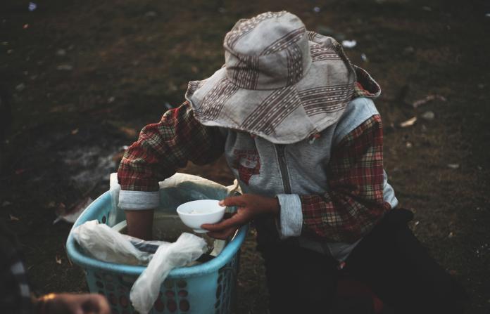 ▲富翁將兒子丟到貧民窟學習生存。(示意圖,非當事人/取自 Unsplash )