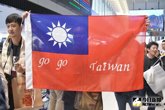 ▲世界棒球12強中華隊抵達日本,球迷在入境大廳夾道歡迎