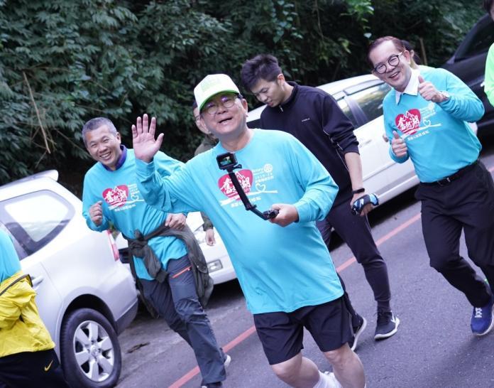 立委陳明文參加路跑驗收練跑成效,邊跑邊自拍。