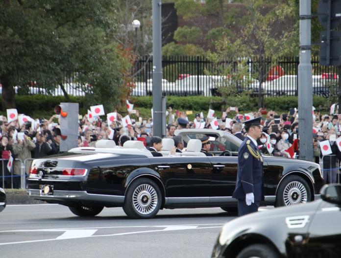 <br> ▲民眾在遊行隊伍兩側揮舞日本國旗。(圖/翻攝自 twitter @skyline5439 )